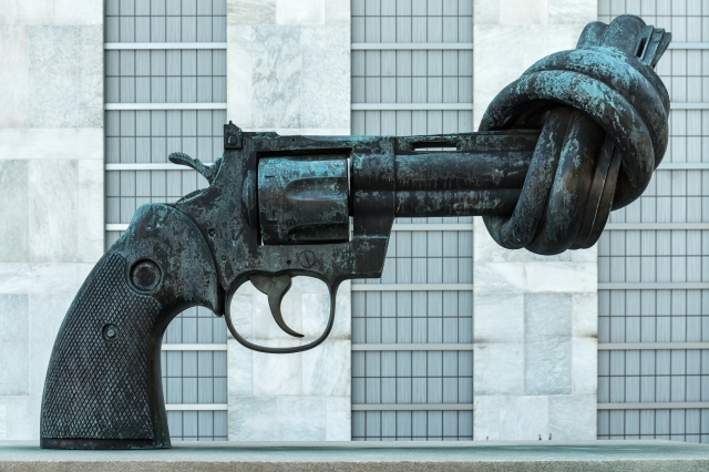 non-violence_by_carl_fredrik_reuterswc3a4rd_-_united_nations2c_new_york2c_ny2c_usa_-_august_182c_2015_02